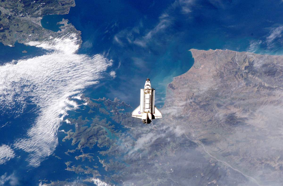 Space Shuttle Endeavour over Cook Strait (ISS005-E-21472)
