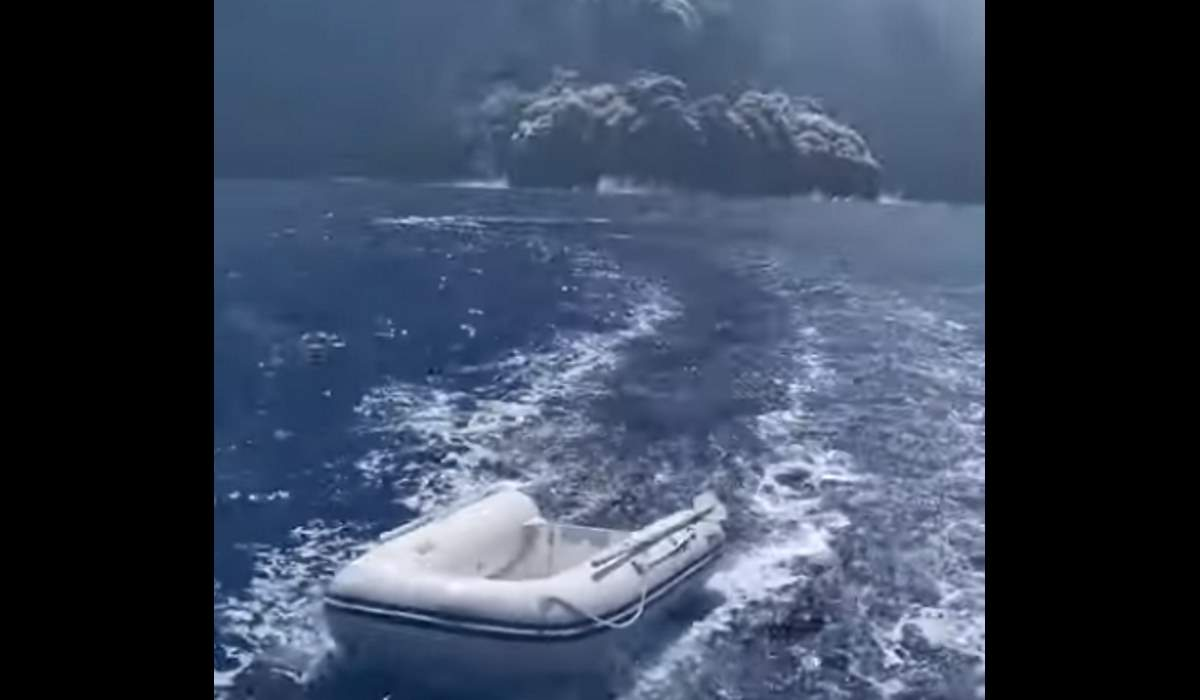 ,Boat speeds away from Stromboli eruption